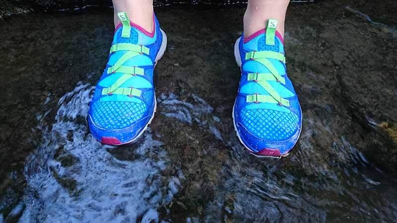 Auf rutschigen Steinen muss man immer aufpassen. Der Salomon crossamphibian woman Barfuß Laufschuh ist optimal fürs Wasser..