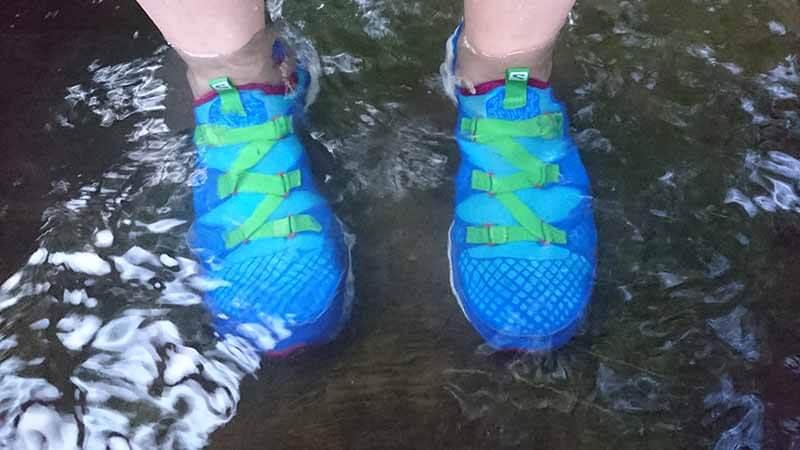 Crossamphibian im Wasser. Toller Barfuß Laufschuh.