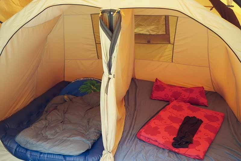 Die Schlafkabine des Polycotton Zeltes kann in zwei Kabinen geteilt werden. Durch einen Reißverschluss.