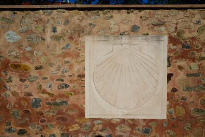 Jakobsweg Zeichen in Belorado, dem zehnten Teil der Etappen des Jakobswegs.