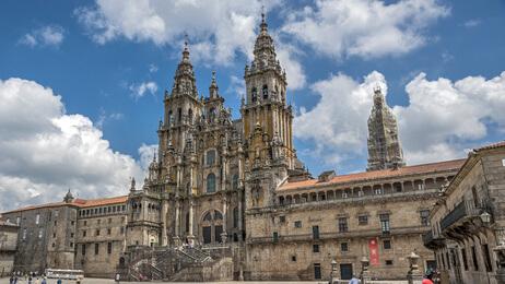Das Ziel, die Kathedrale von Santiago de Compostela. Alle Jakobsweg Spanien Etappen sind geschafft. Die Pilgerurkunde winkt.