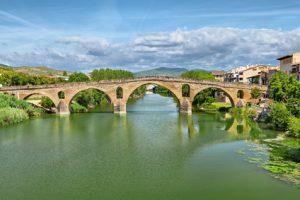 Schöne Brücke in Puenta la Reina. Einer der schönsten Punkte auf der Jakobsweg Etappen Karte.