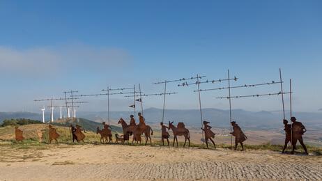 Eine der spannendsten Jakobsweg Spanien Etappen. Skulptur eines Pilgerzugs.