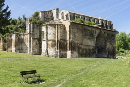 Antike Kirche in Estella, Ziel der 5. Etappe des Jakobsweg Spanien. Passend zur Einkehr auf dem Pilgerweg Spanien.