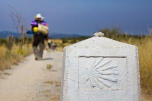 Symbol des Jakobswegs in Spanien. Auf der Route Jakobsweg gibt es diese Zeichen oft zu finden.