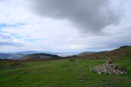 Auf dem Weg zum Ziel der ersten Etappe auf dem Pyrenäen-Wanderweg GR 10 . Es geht vorbei an tollen Landschaften.