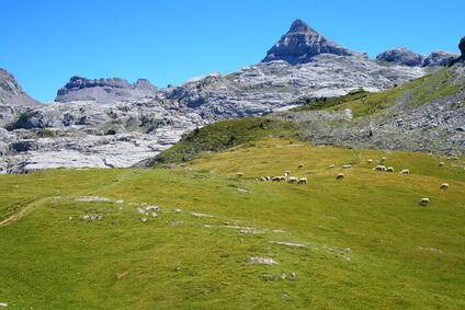 Auf geht es ins Skigebiet Arette. Das Dorf ist das Ziel der 12. Etappe des Pyrenäen Wanderwegs GR 10