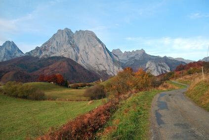 Das Dorf Lescun - Ziel der 13. Etappe auf dem Pyrenäen-Wanderweg GR 10. Malerische Landschaften, eine wahre Augenweide.