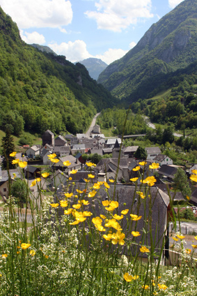 Etaut - dieses wunderschöne Dorf erwartet uns am Ende der 14. Etappe. Langsam neigt sich der Pyrenäen Wanderweg dem Ende zu.