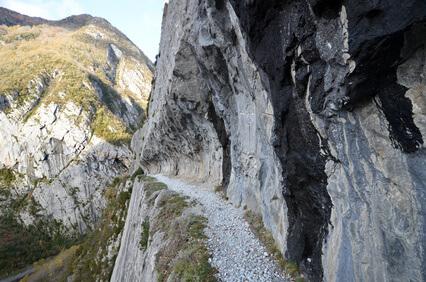 Über schmale Felswanderwege geht es nach Gabas, Dies ist das Ziel der 15. Etappe unseres Abenteuers Pyrenäen Fernwanderweg GR 10