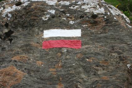 Zeichen des Pyrenäen-Wanderwegs GR 10. Der gesamte Weg ist sehr gut ausgeschildert.