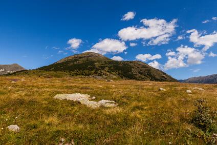 Durch eine ganz besondere Berglandschaft geht es weiter nach Estérençuby, dem achten Etappenziel dieser Wanderung durch die Pyrenäen.