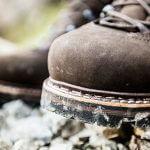 Freizeitschuhe oder Wanderschuhe? Das sollte keine Frage sein, denn mit Freizeitschuhen kann man nicht sicher Wandern gehen.