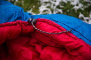 Des Weiteren hat Deuter im Kapuzenbereich einen Schnurzug ähnlich wie an herkömmlichen Kapuzenpullovern eingebaut mit dem man die Kapuze straffen kann.