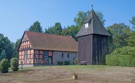 Die Kirche von Undeloh am dritten Tag auf dem Heidschnuckenweg. Etwas anders als andere Kirchen.