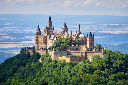 Der Albsteig Etappe 13 - das Ziel dieser Etappe ist Albstadt/Burgfelden. Unterwegs gibt es einen tollen Blick auf die Burg Hohenzollern.