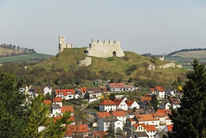 Der Albsteig Etappe 2 bis nach Bopfingen, mit Blick auf die Burg.