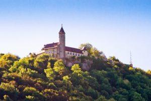 Der Albsteig Etappe 8 - toller Blick auf die Burg Teck.