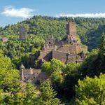 Der Eifelsteig Etappe 11 führt bis nach Manderscheid, vorbei an einer Burgruine.