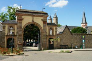 Der Eifelsteig Etappe 5 führt bis zum wunderschönen Kloster Steinfeld.