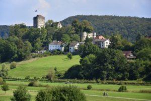Altmühltal-Panoramaweg Etappe 3 -Blick auf die Burg Pappenheim im Altmühltal auf dem Weg zum Etappenziel Solnhausen