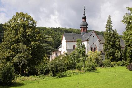 Rheinsteig Etappe 19 - das schöne alte Zisterzienser Kloster ist auf jeden Fall einen Besuch wert. Ziel der Etappe ist Kiedrich.