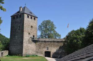 Rheinsteig Etappe 8 - zum Ziel in Vallendar geht es an der alten Burgruine bei Schloss Sayn vorbei.