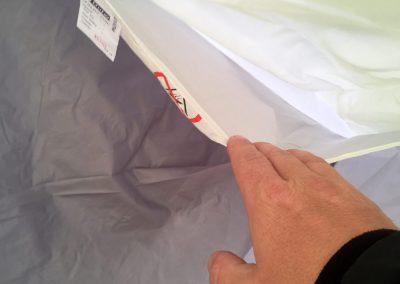 Eine-der-praktischen-Taschen-um-Ordnung-im-Zelt-zu-schaffen