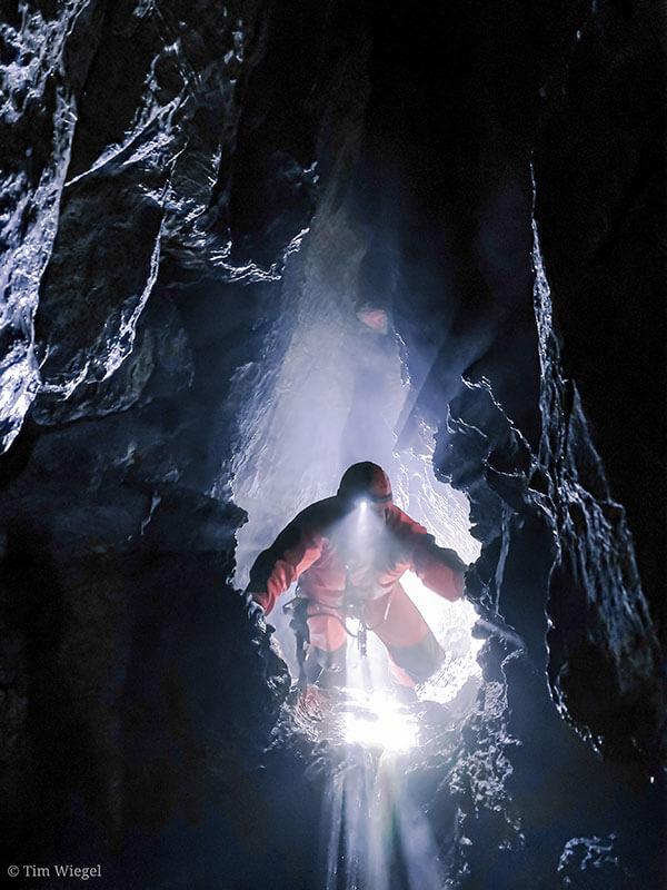 Ein Höhlenforscher mit Stirnlampe