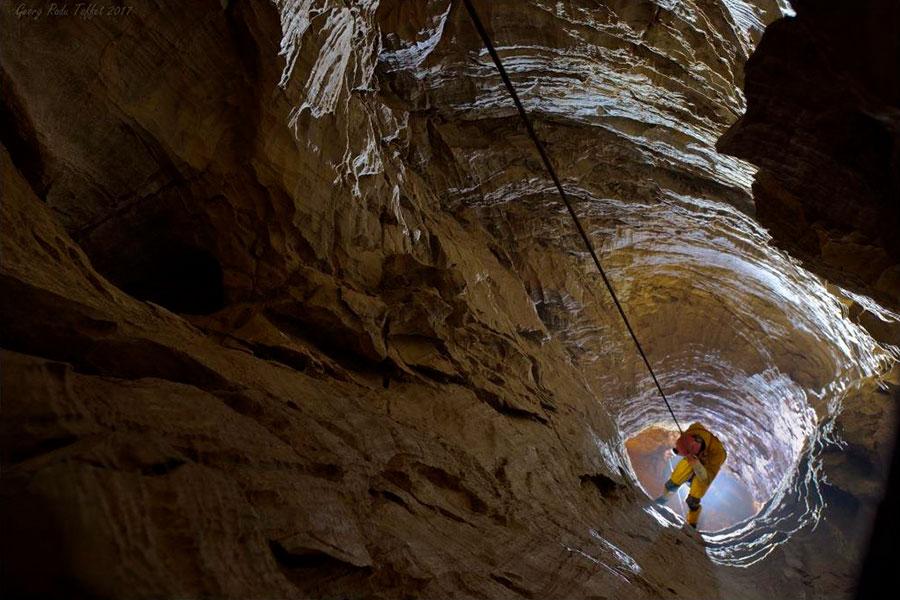 Abseilen in der Höhle