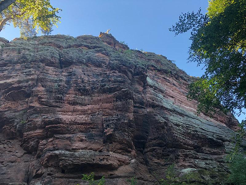 Hohe Felswände aus Buntsandstein