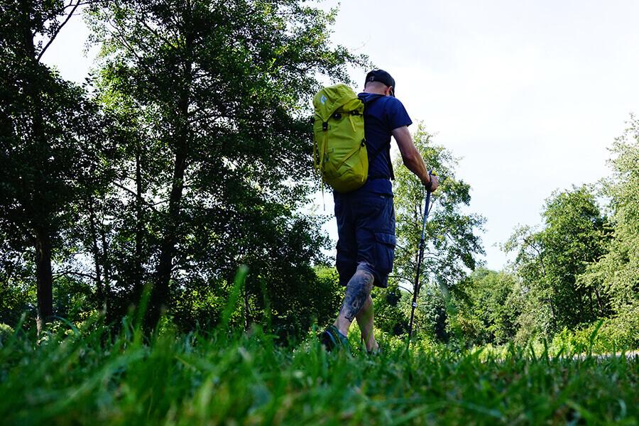Wanderer mit Rucksack und Trekkingstöcken