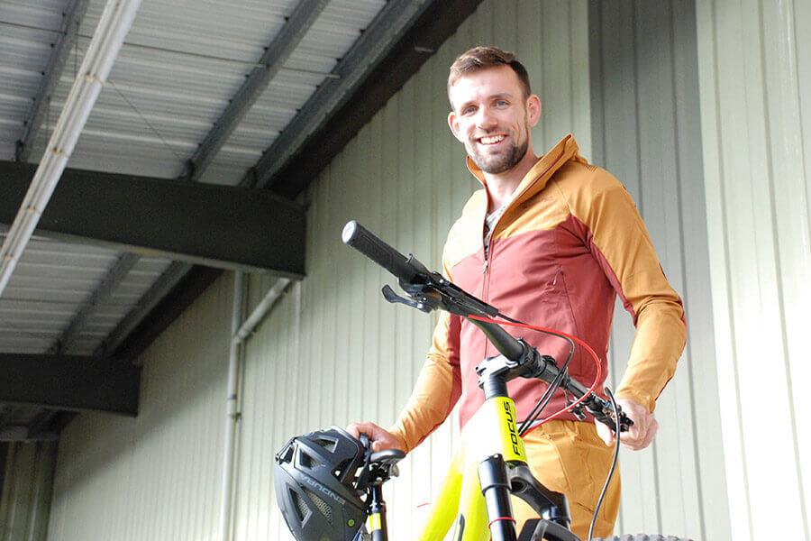 Roman in Endura Bekleidung mit Bike