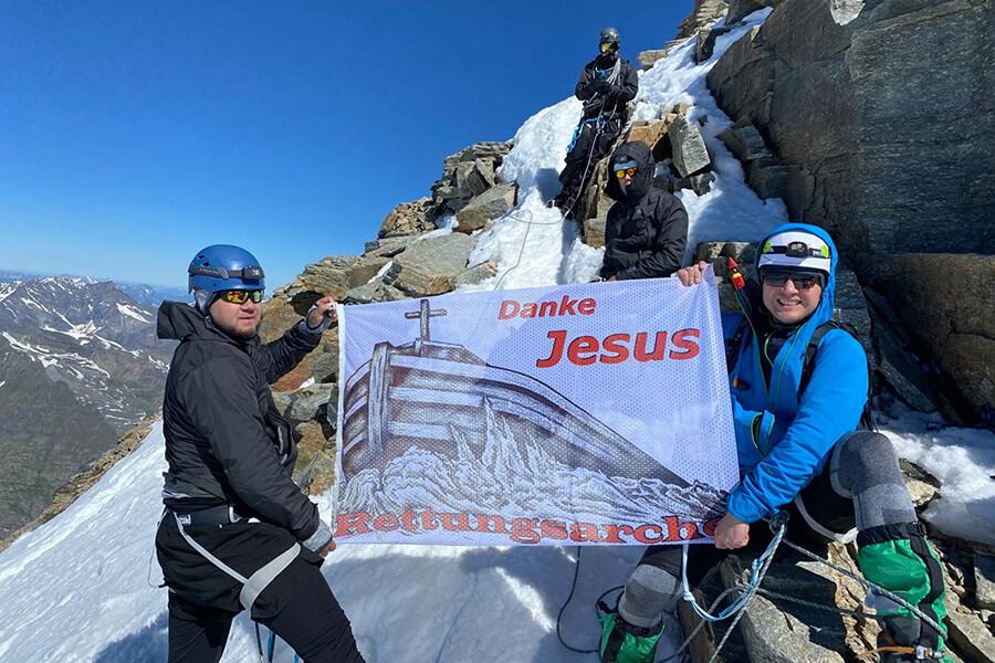 Rettungsarche Banner beim Aufstieg am Gran Paradiso