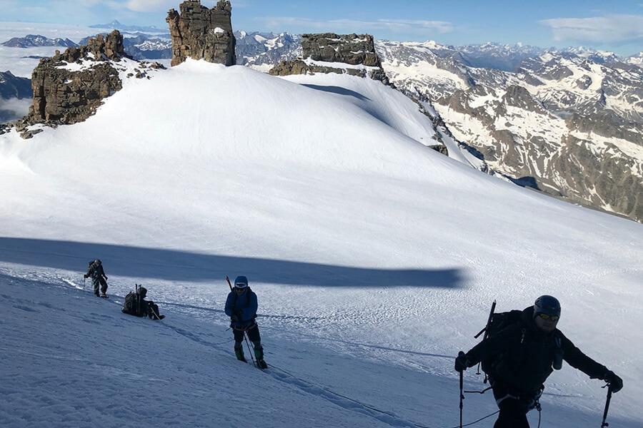 Die Gruppe beim Aufstieg im Gletscher