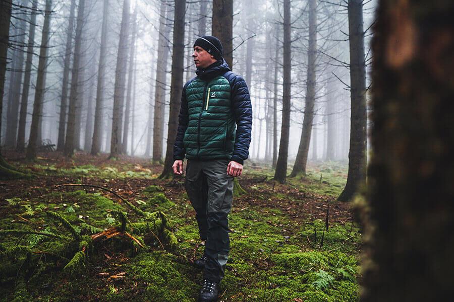 mit der Haglöfs Spire Mimic Hood Jacke bei Nebel im Wald